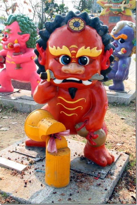 台南-安平劍獅公園-家宅將軍。紅色劍獅-家宅將軍,代表人物是「蔡鳴雷」,頭帶八卦,手執葫蘆。