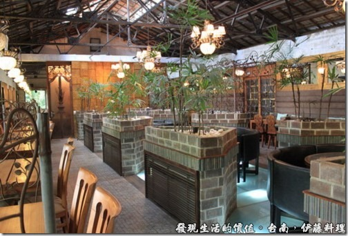 台南伊藤日本料理,室內的裝潢風格比較偏向老房子的格局,利用石磚及鐵架營造出與老房子屋頂天花板相呼應的風格。