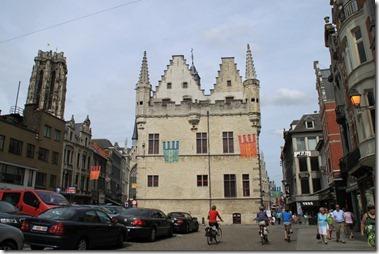 13世紀の市庁舎(1288年建築、フランダース地方最古の石像市庁舎、現在は博物館)