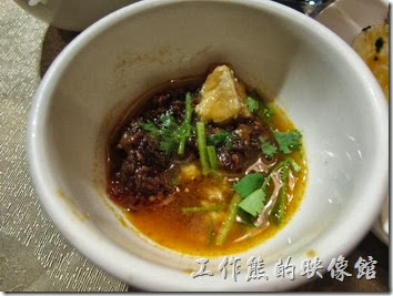 上海-干鍋居(貴州黔菜)。苗岭酸湯鍋底,RMB$29;黑魚,RMB$124。鍋底與黑魚是分開計價的,所以鍋底也可以煮其他食材。吃黑魚的時候店家會奉上特製沾醬,食用的時候把沾醬拌勻醮著魚片風味更佳。湯頭也滿好喝的,但對我來說似乎有點太鹹。