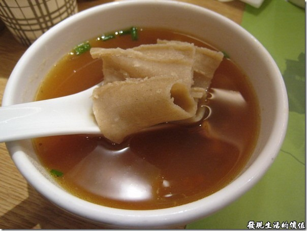 上海-西貝攸面村。把莜面窩窩頭和著羊肉熱湯一起食用是一般的吃法,因為才窩窩頭沒有什麼味道,很多人會吃不下,占著有味道的濃湯或熱湯一起食用,不但可以把窩窩頭泡軟,也可以讓它更有味道,就像吃麵條一樣吧!光吃麵是沒有味道的,必須連著湯頭及其他食材一起食用才容易下嚥。