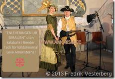 DSC04293 (1) Anna grön klänning Fredrik 1700 tal hatt handskar guldväst värja pistol. Med amorism
