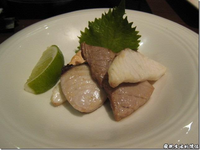 台北新光三越-紅豆食府●壽喜燒。全熟的「綜合刺身」,因為有一位同是不感吃全生的魚片,所以要求餐廳把它作成全熟,真是可惜了魚片的新鮮度。