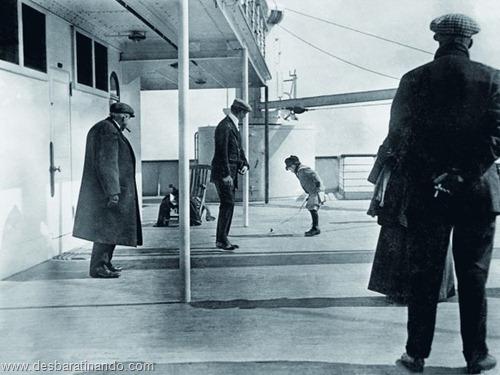 Um menino brincando no convés do Titanic
