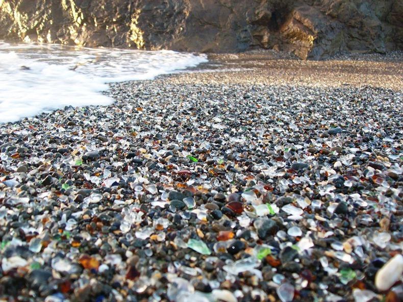 شاطى الزجاج glass-beach-4%255B