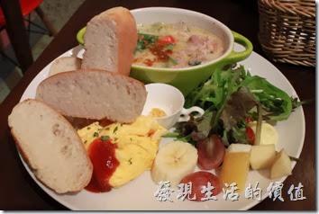 台南-mumu小客廳早午餐。【白酒奶油燴雞】早午套餐,NT$240。除了白酒奶油燴雞之外,還有手工麵包、野菜沙拉、歐姆蛋,中間有一小缽的土黃色的蒜頭奶油。