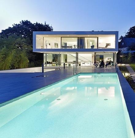 El minimalismo elegante y puro de una casa en alemania for Casa minimalista con alberca