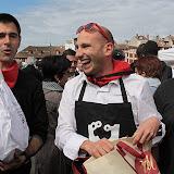 La peña Aupa Paquita défend les courses de vaches de la place St.André et gagne le concours de l'omelette au jambon
