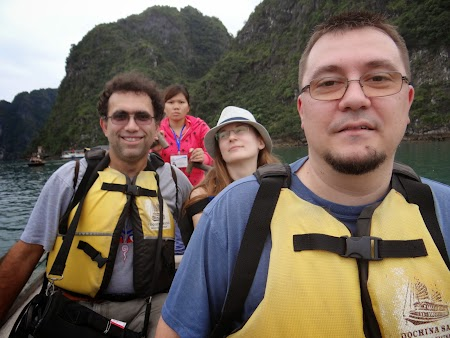 10. In barcuta prin Halong Bay.JPG