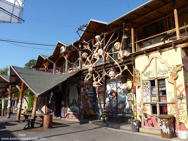 Metelkova-barrio-alternativo-de-artistas-en-Ljubljana.JPG