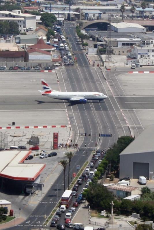 اغرب مطار العالم مدرجه يتقاطع gibraltar-airport-6%