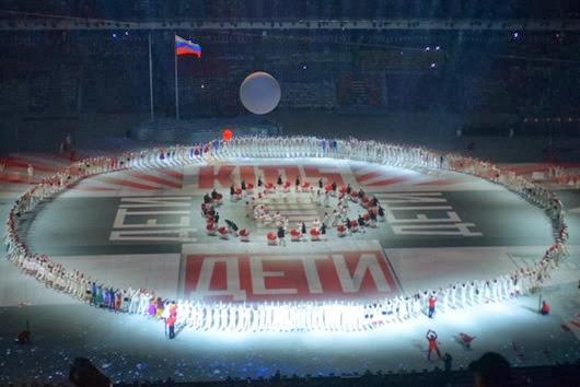 Артисты-во-время-театрализованного-представления-на-церемонии-открытия-XXII-зимних-Олимпийских-игр-в-Сочи-61