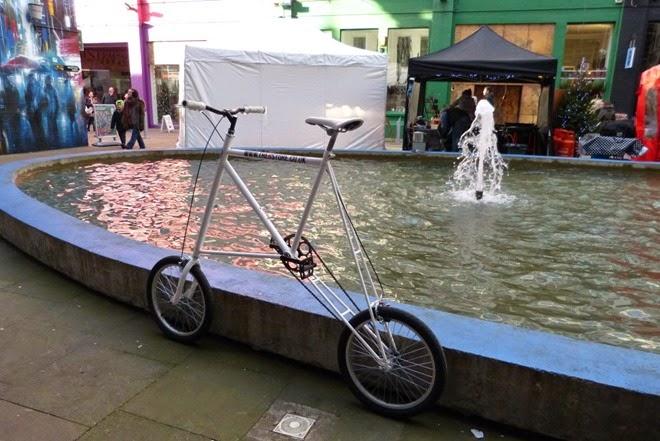 Странный велосипед на улице Бирмингем, Custard Factory