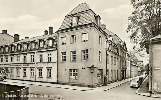 Skolbyggnaden i hörnet Trädgårdsgatan Slottsgränd, textilvetenskap