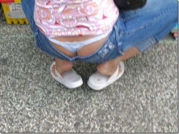 из под джинс торчат трусы фото