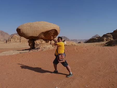 Imagini Wadi Rum: Bolovan in balans