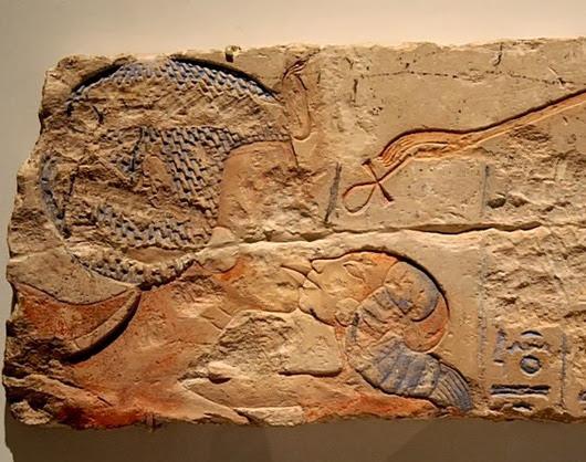2-Известняковый-рельеф.-нефертити-целует-дочь-1352-1336-до-н.э.
