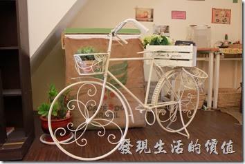 台南-Season_Cafe,二樓樓梯口有輛塗成白色的腳踏車。