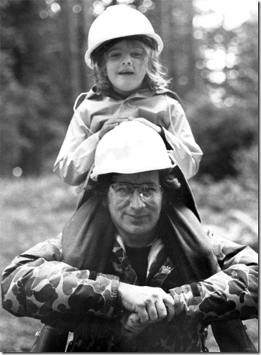 Drew-Barrymore-and-Steven-Spielberg-on-the-set-of-ET
