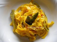 Tagliatelle di pasta all'uovo e di asparagi con zafferano e pepe
