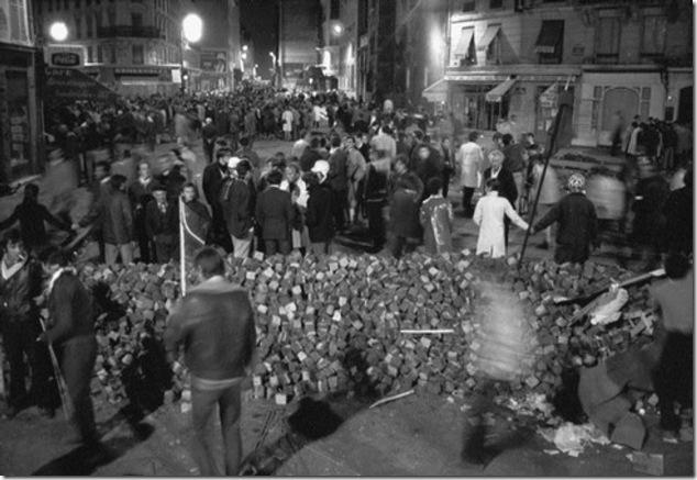 le-10-mai-une-barricade-de-paves19300_43891.1211439767