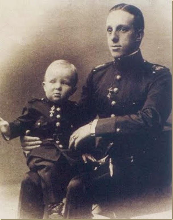 6-Alfonso de niño sentado sobre las piernas del rey Alfonso XIII