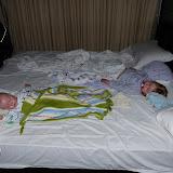 To trætte børn, der skulle vækkes kl. 4.30 for at komme med et tidligt tog til Hoi an.