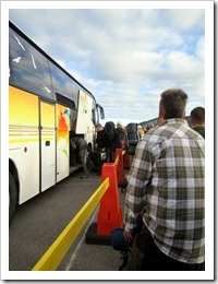 Väntan på att få gå på bussen till Nikkaluokta i Camp Ripan.