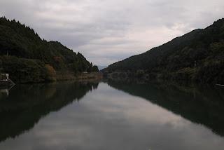 天端よりダム湖を望む