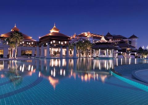 Anantara-Dubai-The-Palm-main-pool-by-night