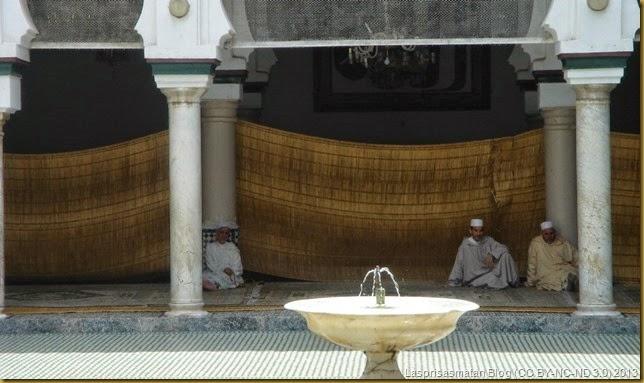Fieles realizando sus oraciones en el patio principal