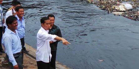 Jokowi Keruk Sungai Percontohan Jakarta