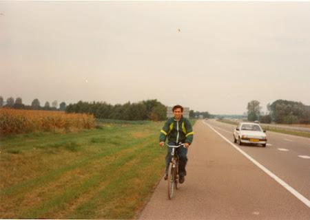 1992 Maastricht Cu bicicleta pe autostrada.JPG