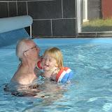 Farfar og Silje bader