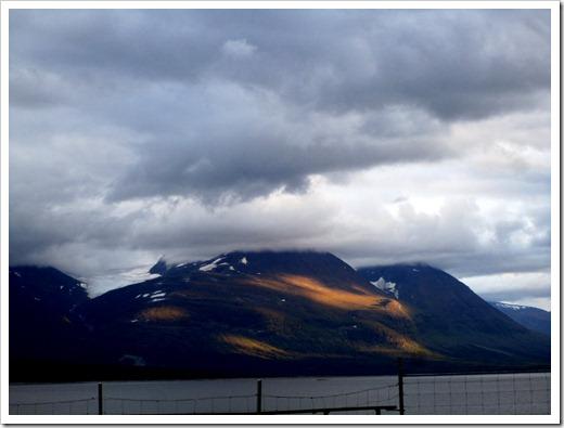 Solen bröt fram och slikade bergsväggen en stund.