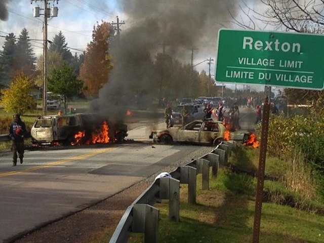 Police cars burn at a Mi'kmaq protest against shale-gas exploration in New Brunswick, Canada, 17 October 2013. Photo: indiancountrytodaymedianetwork.com