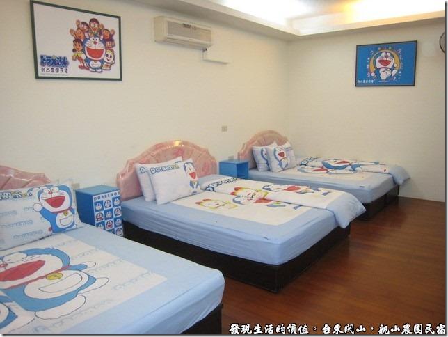 親山農園民宿,民宿的房間裡面的床單、枕頭套,還有牆上的掛畫,都是小叮噹。