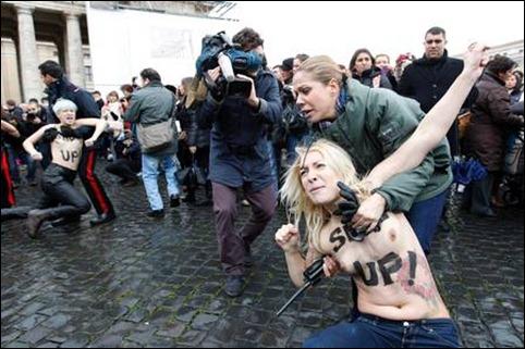 protesto Femen no Vaticano 03