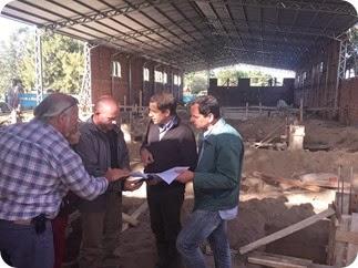 Funcionarios municipales junto al intendente, Juan Pablo de Jesús, en la obra del natatorio de Santa Teresita