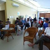 写真3 Keresa社操業地・屋内施設でのディスカッションTQM(総合的品質管理)マネージャーのAbdul Aziz氏によって、パワーポイントを使った操業地の概要説明が行われ、それに続いて活発な質疑応答が交された。/ Photo3 Having a discussion and Q&A with Keresa's Total Quality Management manager, Mr. Abdul Aziz