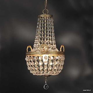 Żyrandol z kryształami. Wykończenie: stara miedź. Wys 460 mm, Szer 250 mm, Światło 1 x 40W E14 typu świeca.