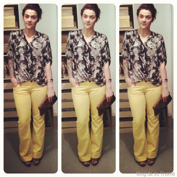 look calça jeans amarela e camisa estampada zassi