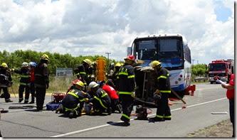 Se simuló un accidente en el que participaron dos autos y un colectivo de larga distancia