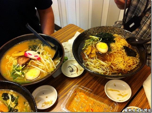 台北南港-魁拉麵。左邊是小碗的豚骨拉麵,右邊是大碗的正油拉麵,仔細看大碗的碗面有稍微大一點點,但是麵條可是多很多呢!