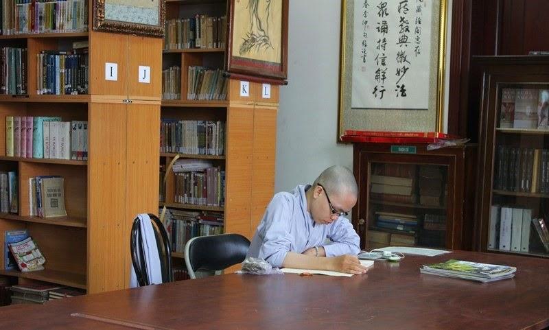 Thư Viện Huệ Quang - Người Áo Lam