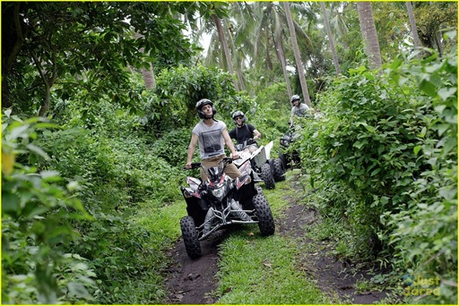 zac-efron-phillipines-trip-09