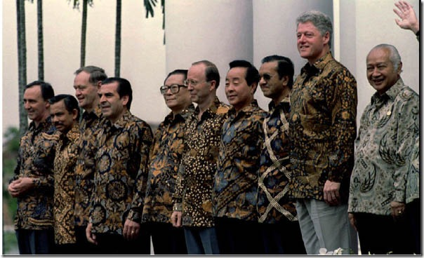 REU,APEC IND,BOGOR*BOG06'APEC LEADERS PO SE TOGETHER.   Ten of the eighteen APEC leaders pose during their group photo November 15 at the Bogor Palace.  From the left : Australia's Paul Keating, Brunei's Sultan Hassanal, Canada's Jean Chretien, Chile's Eduardo Frei, China's Jiang Zemin, Hong Kong's Hamish Macleod, South Korea's Kim Young-sam, Malaysia Mahathir Mohamad, United States' Bill Clinton and Indonesian host President Suharto.