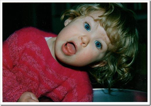 1989_Romy beim Griff in die Tonne