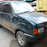 事故を起こして壊れたレンタカー / A damaged rented car (photo by the author)