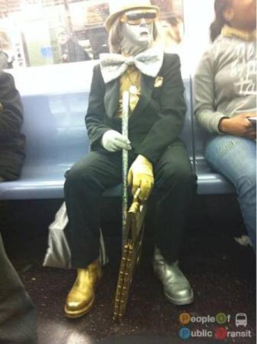 pessoas bizarras em metrô (2)